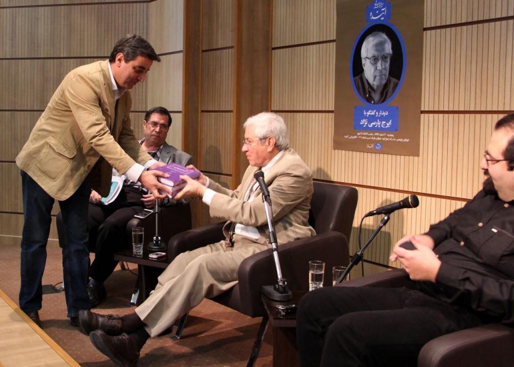 اهدای کتاب از سوی بنیاد موقوفات دکتر محمود افشار