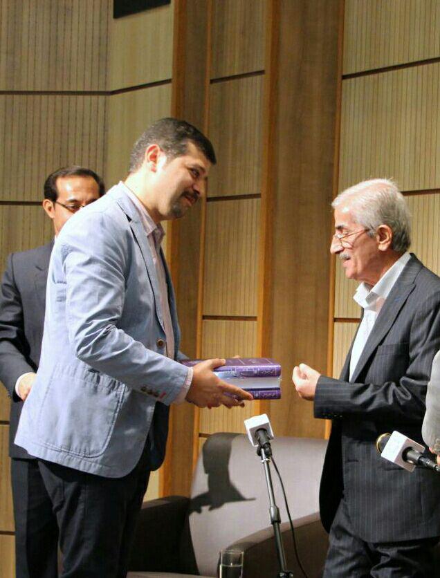 اهدای کتاب توسط دکتر محمدافشین وفایی
