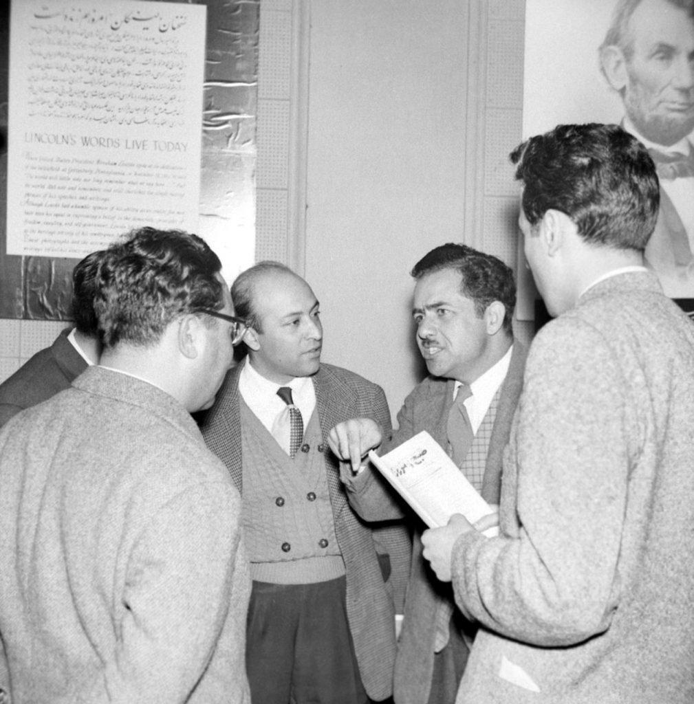 اسماعیل رائین، نفر دوم از سمت راست(عکس ز آرشیو روزنامه اطلاعات)