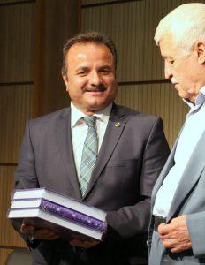 اهدای جدیدترین کتاب های بنیاد موقوفات دکتر افشار توسط دکتر توفیق سبحانی ـ عکس از مریم اسلوبی
