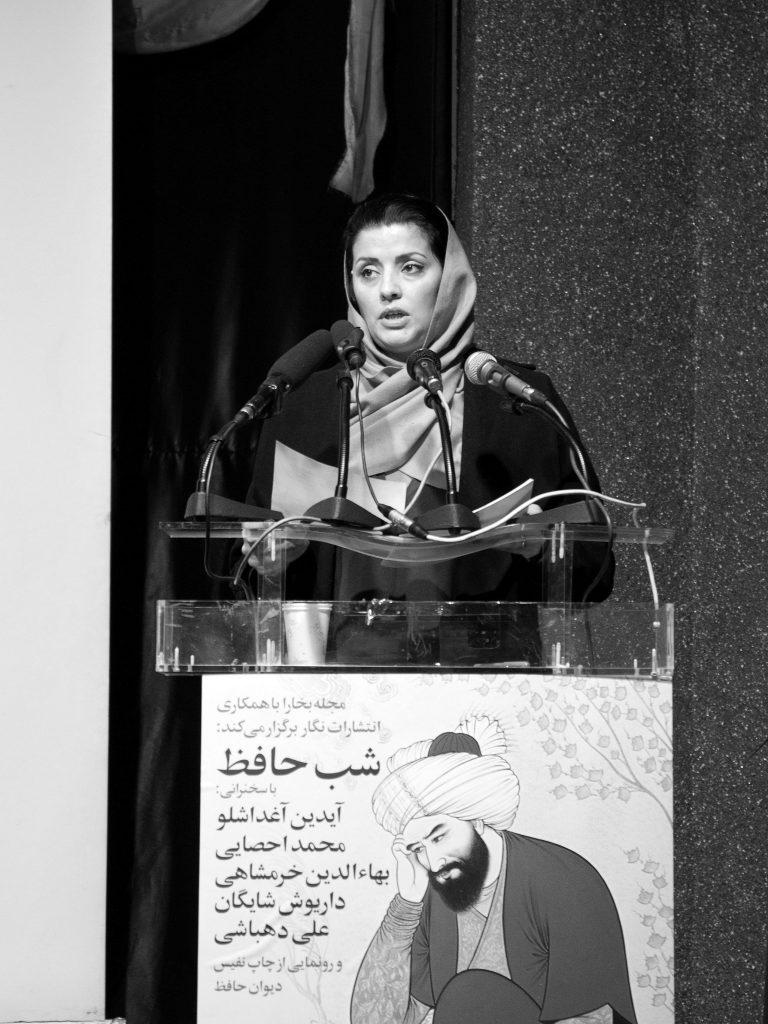 الهام باقری خطابه دکتر شایگان را خواند( عکس از مجتبی سالک)