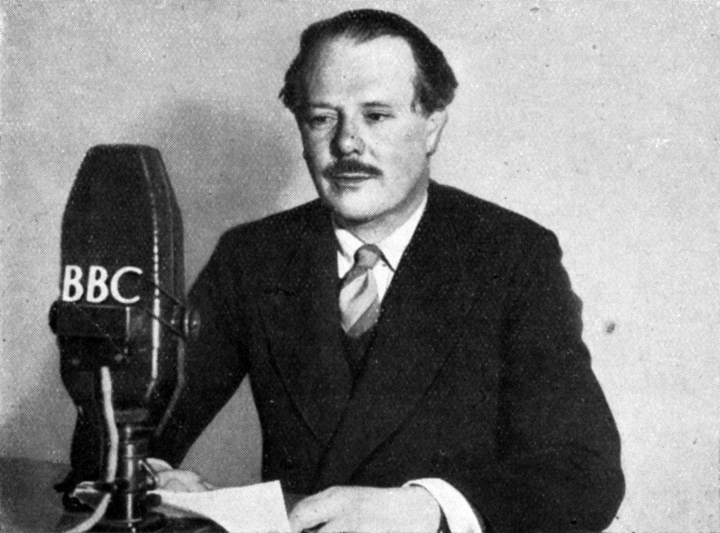 هارولد نیکلسون هنگام سخنرانی به زبان فارسی در رادیو لندن