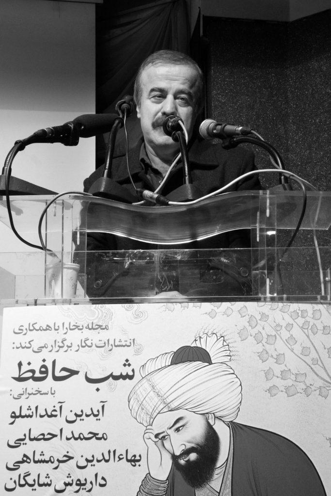 در خاتمه صدیق تعریف با آواز خود و خواندن ابباتی از حافظ به این مراسم پایان داد ( عکس از مجتبی سالگ)