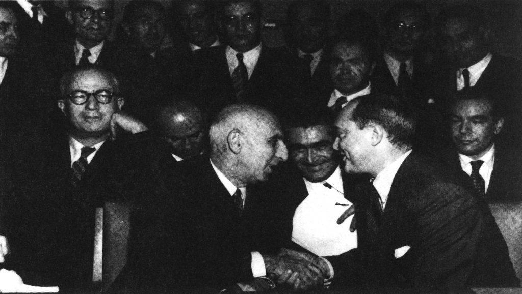 قبل از شروع جلسه در شورای امنیت ملل متحد، ۱۷ اکتبر ۱۹۵۱، از راست به چپ، نشسته: حسین فاطمی( معاون نخست وزیر)، سفیر آمریکا در ملل متحد( ارنست گروس)، اسدی( استاد حقوق و مترجم انگلیسی)، دکتر محمد مصدق، غلامحسین مصدق، احمد متین دفتری،( نماینده مجلس سنا در هیات مختلط نفت)، ایستاده: عباس مسعودی( روزنامه نگار)، شجاع الدین شفا( عضو وزارت خارجه)، عیسی سپهبدی و عماد کیا( عضو وزارت خارجه) مظفر بقائی، جمشید شیبانی ( روزنامه نکار) نورالدین کیا( عضو وزارت خارجه) شایگان ( نماینده مجلش شورای ملی در هیات مختلط) دکتر کریم سنجابی