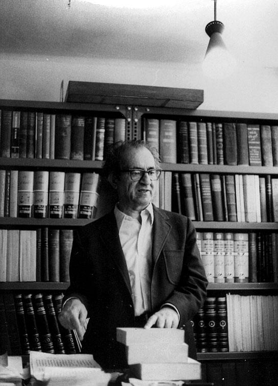 دکتر مجتبی مینوی در کتابخانه اش ( عکس از دکتر منوچهر لمعه) 1350