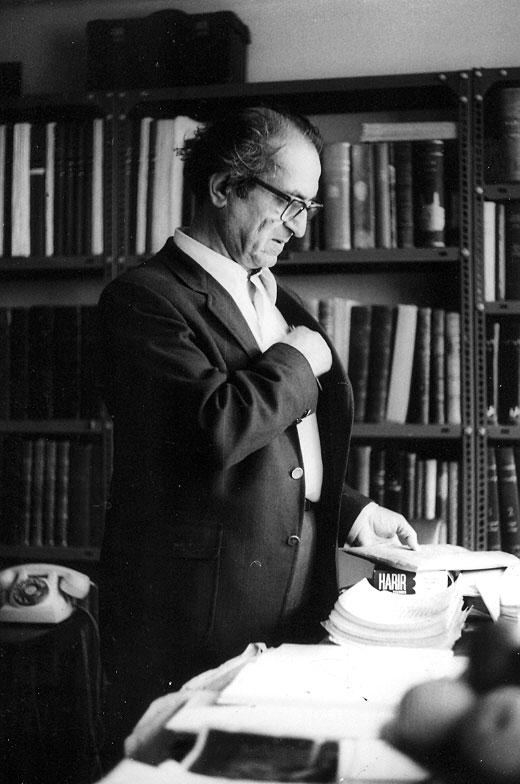 مجتبی مینوی در کتابخانه اش