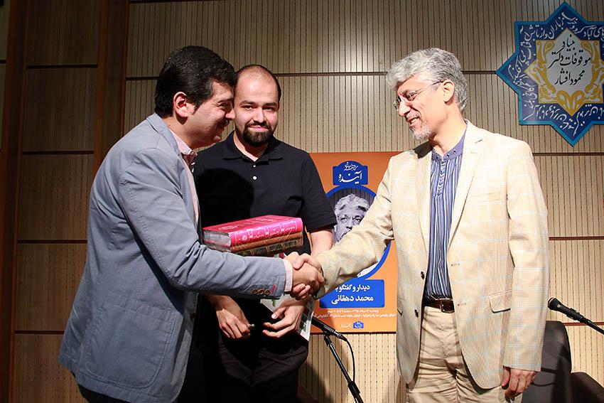 دکتر محمدافشین وفایی، مدیر انتشارات بنیاد موقوفات افشار جدیدترین کتاب های این بنیاد را اهدا می کند