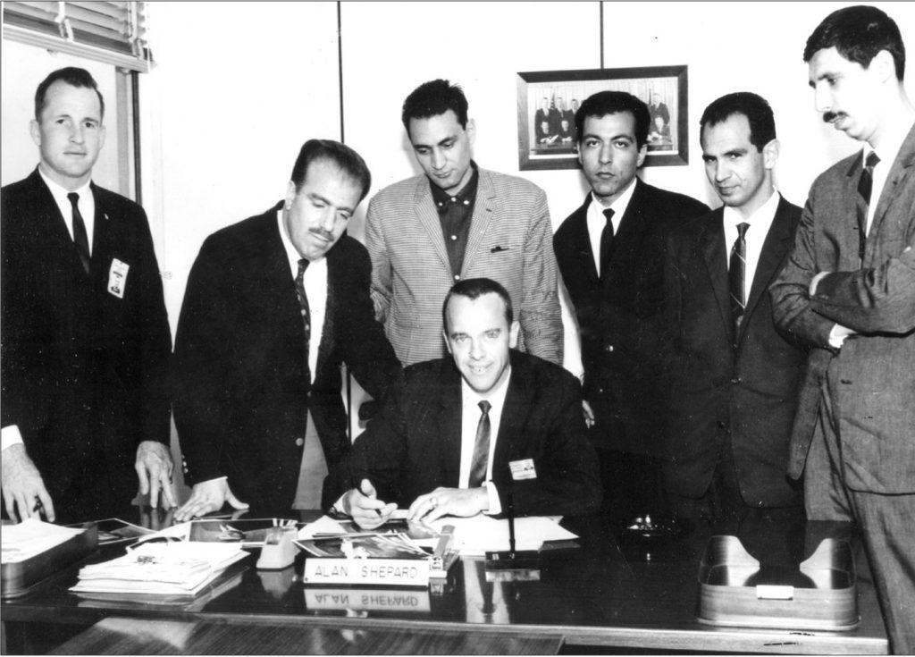 در مرکز فضایی NASA در هوستون تگزاس ـ ایستاده از راست به چپ: سیروس آموزگار، محمود طلوعی، شاپور نمازی،اسد منصور،محسن موحد،ادوارد وایت فضانورد آمریکایی، نشسته: الن شیره اولین فضانورد آمریکایی