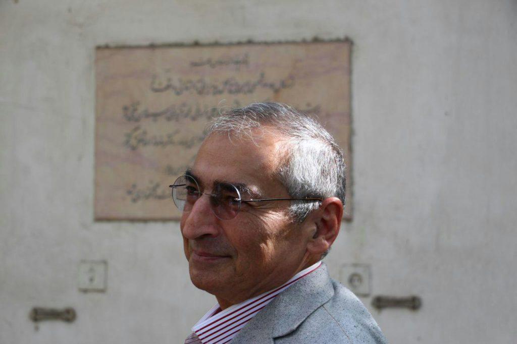دکتر زیبا کلام در کنار بنای یادبود بزرگان ادب در باغ موقوفات دکتر محمود افشار