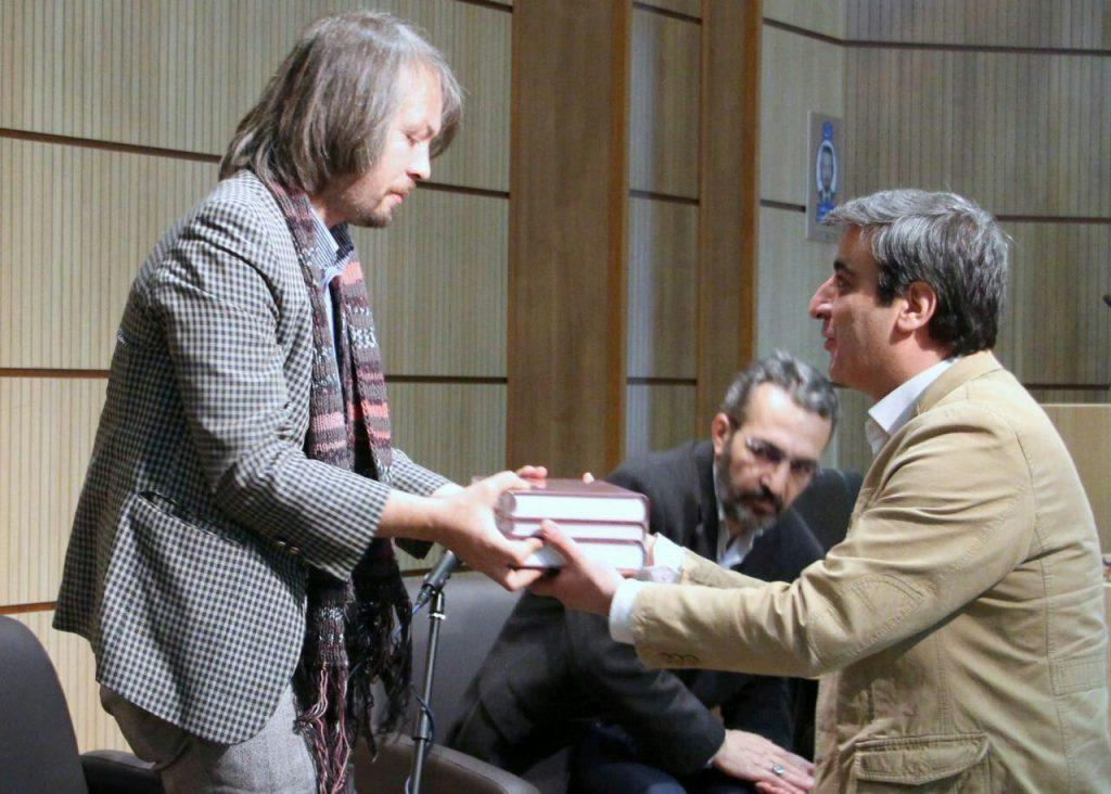 اهدای کتاب«افغان نامه» تآلیف دکتر محمود افشار به سیدرضا محمدی