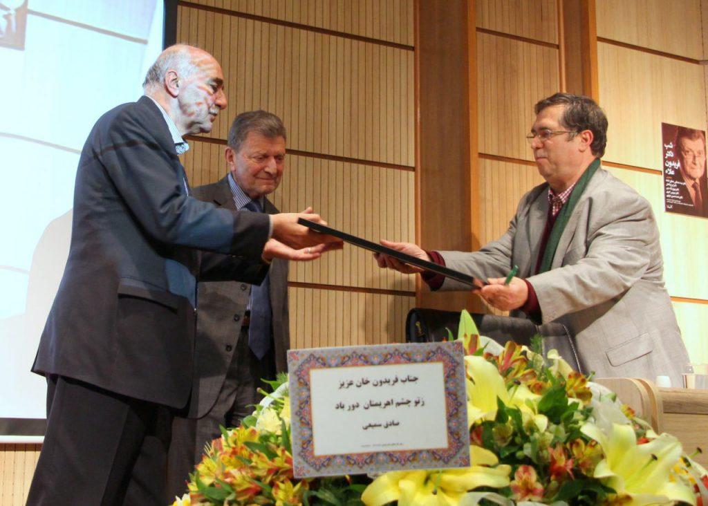 اهدا لوح جامعه جراحان ایران توسط دکتر ایرج فاضل