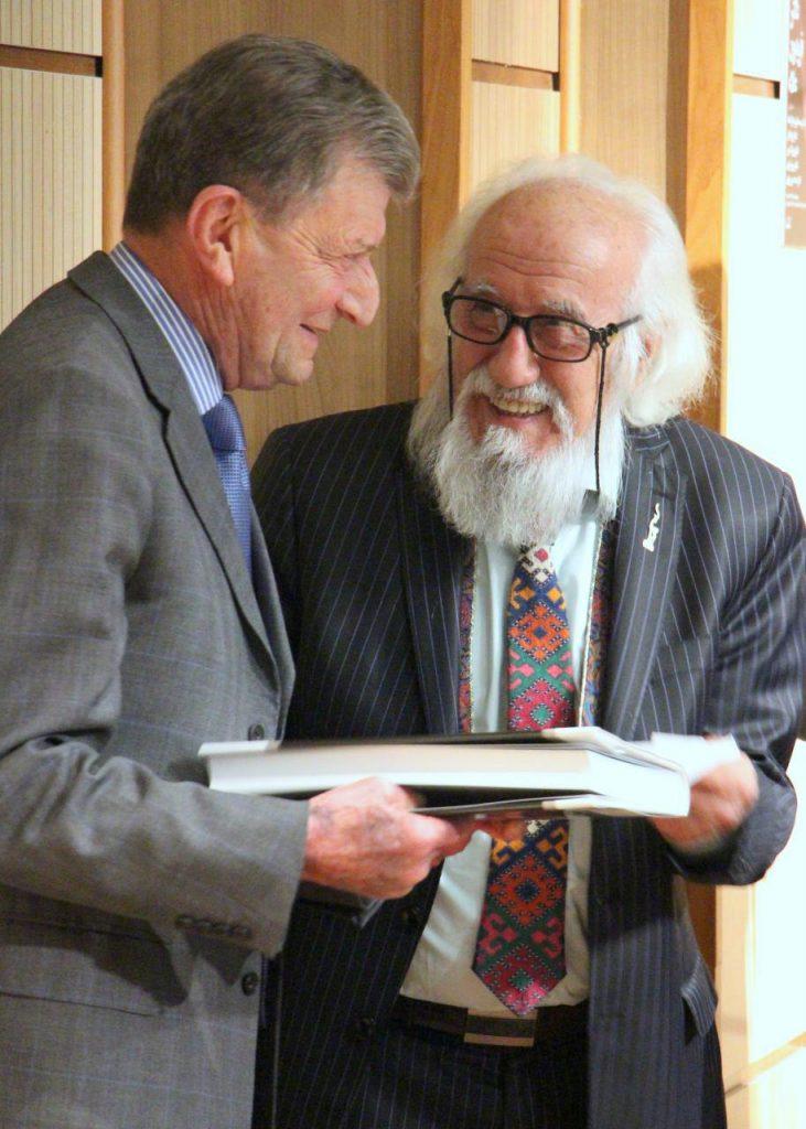 اهدا کتاب مجموعه اثار استاد حسین محجوبی به دکتر علا