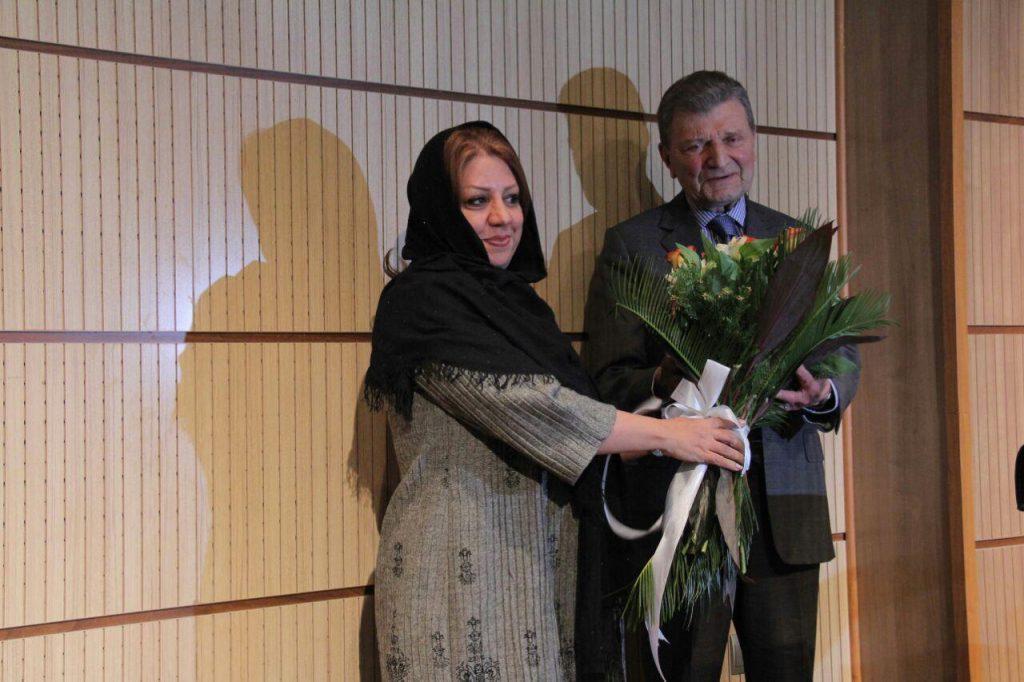 اهدا گل از سوی مرکز بیماران هموفیلی توسط خانم صادق زاده