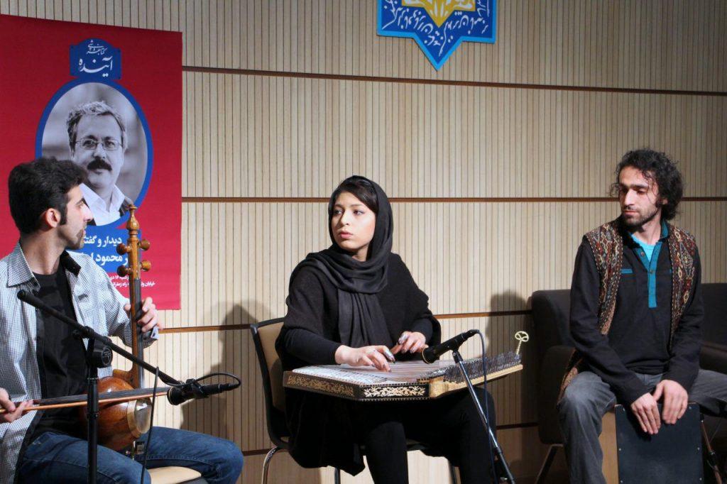 مژگان محمد حسینی (نوازنده قانون)، سیاوش طاهریان (نوازنده کمانچه)، و پوریا رئیسی (نوازنده بندیر)