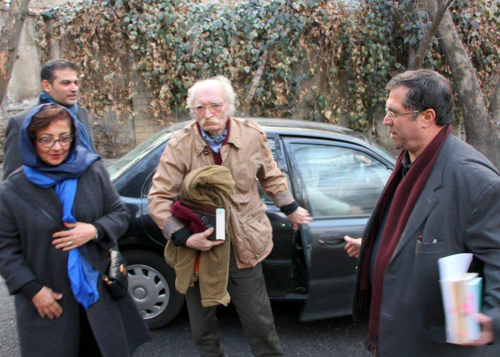 به همراه محمود دولت آبادی و همسر و پسرش، سیاوش دولت آبادی هنگام ورود به کانون زبان فارسی