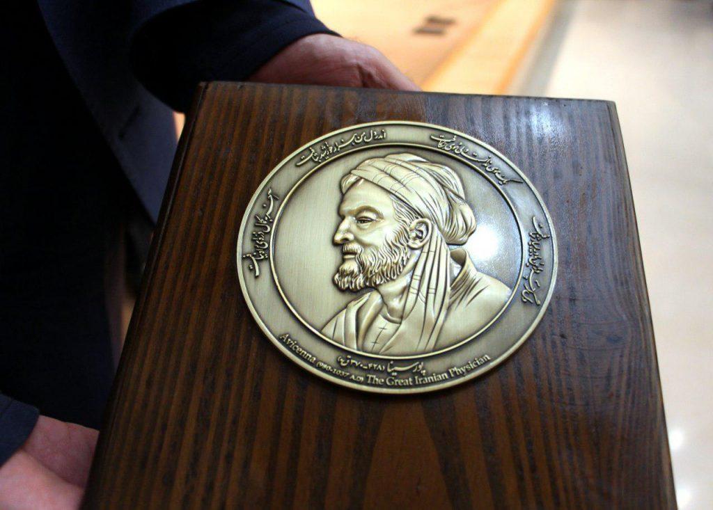 اهدا لوح ابن سینا توسط دکتر یزدی نژاد مدیر موسسه میر ماه