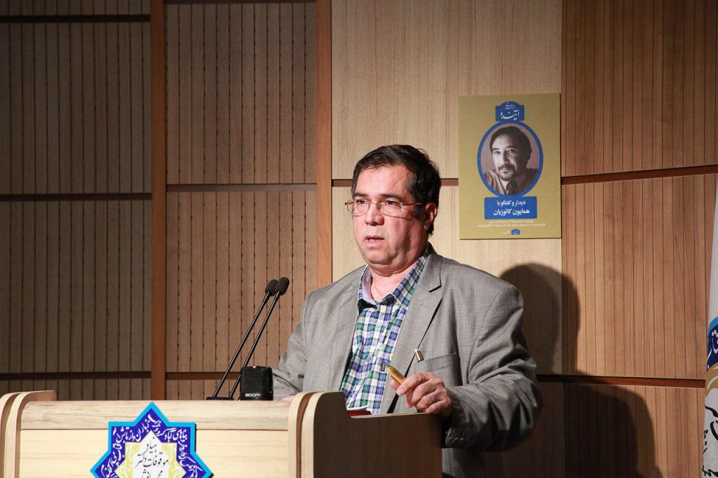 علی دهباشی این گفتگو را با یادی از زنده یاد ایرج افشار، در ششمین سال درگذشتش آعاز کرد