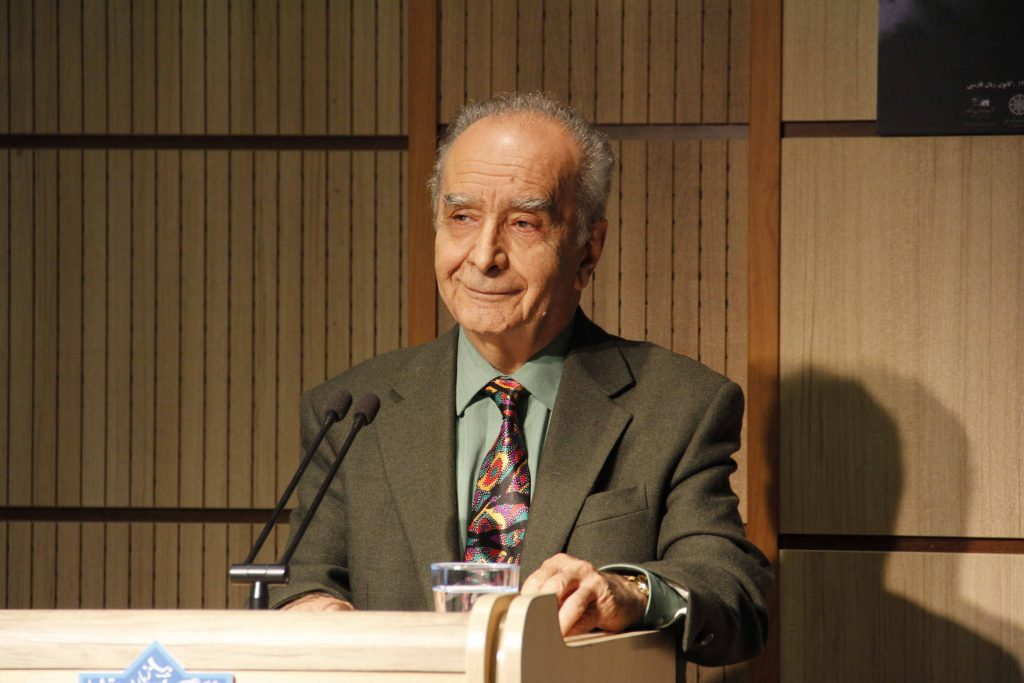 دکتر محمد استعلامی در پیام خود به ویژگی های کتاب گل و گیاه...اشاره کرد
