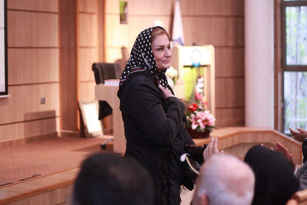 همسر دکتر سبحانی که از سوی شرکت کنندگان در سالن مورد تشویق قرار گرفتند
