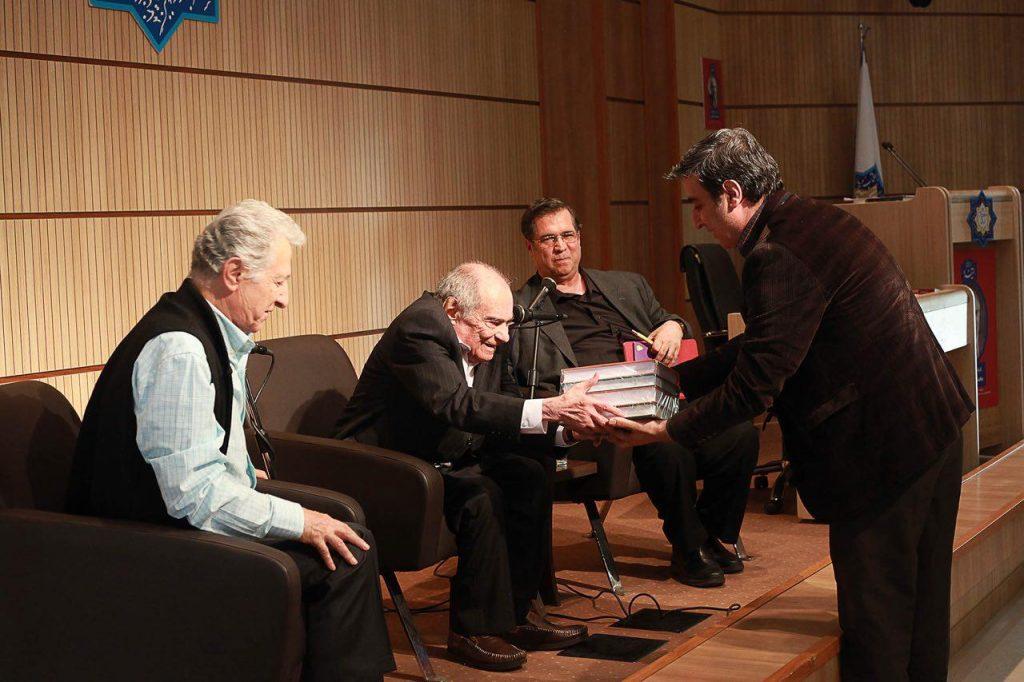 اهدای کتابهای منتشر شده توسط بنیاد موقوفات دکتر محمود افشار به دکتر باطنی