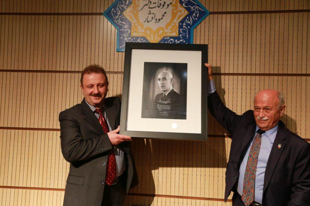 اهدای تصویری از دکتر محمد مصدق توسط دکتر یزدی نژاد، مدیر موسسه میر ماه