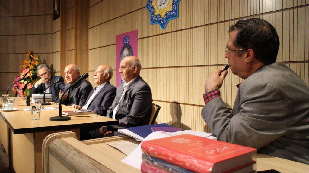 به همراه دکتر قاسم صافی، اسمعیل دمیرچی، محمود آموزگار و امیرزاده ایرانی
