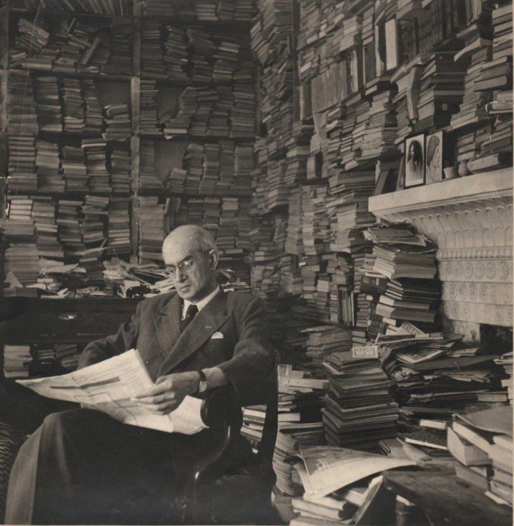 استاد سعید نفیسی در کتابخانه اش