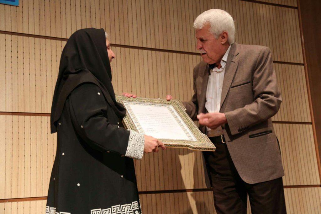 دکتر توفیق سبحانی لوح تقدیری از طرف انجمن آثار و مفاخر فرهنگی، با امضای دکتر حسن بلخاری را اهدا می کند