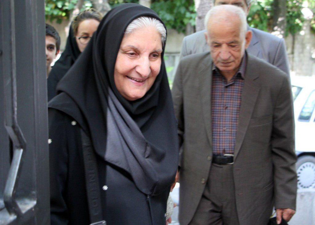دکتر نوش آفرین انصاری به همراه دکتر مهدی محقق هنگام ورود به کانون زان فارسی