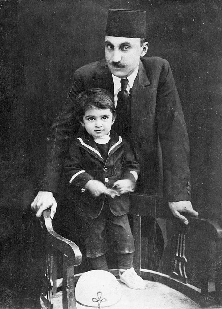 ایرج افشار در خردسالی همراه پدر(دکتر محمود افشار یزدی) سال 1307