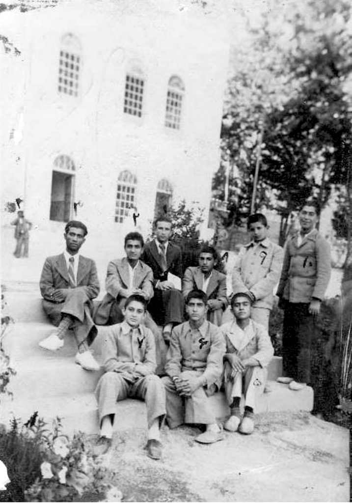 مدرسه شاپور تجریش، باغ فردوس شیمران ، از راست نفر سوم نشسته روی پله ها (شماره 7) ایرج افشار در کلاس ششم دبستان