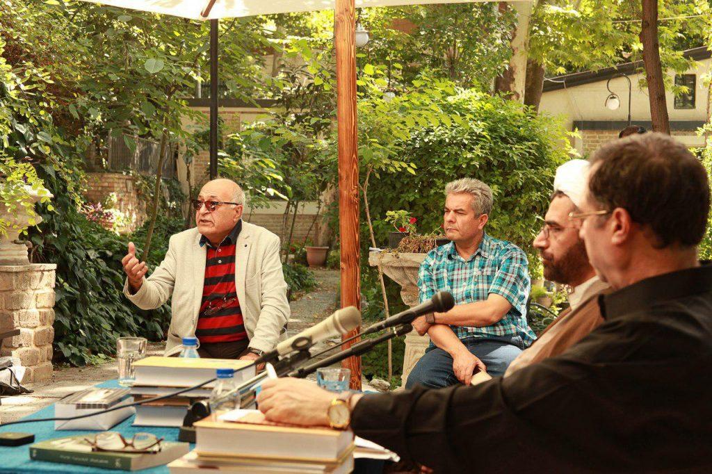 دکتر محمود آموزگار از کتابخانه دیجیتال بحث می کند