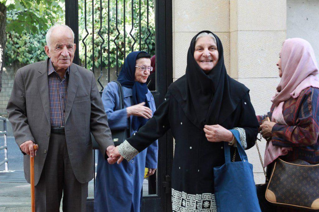 دکتر نوش آفرین انصاری و دکتر مهدی محقق هگام ورود به کانون زبان فارسی