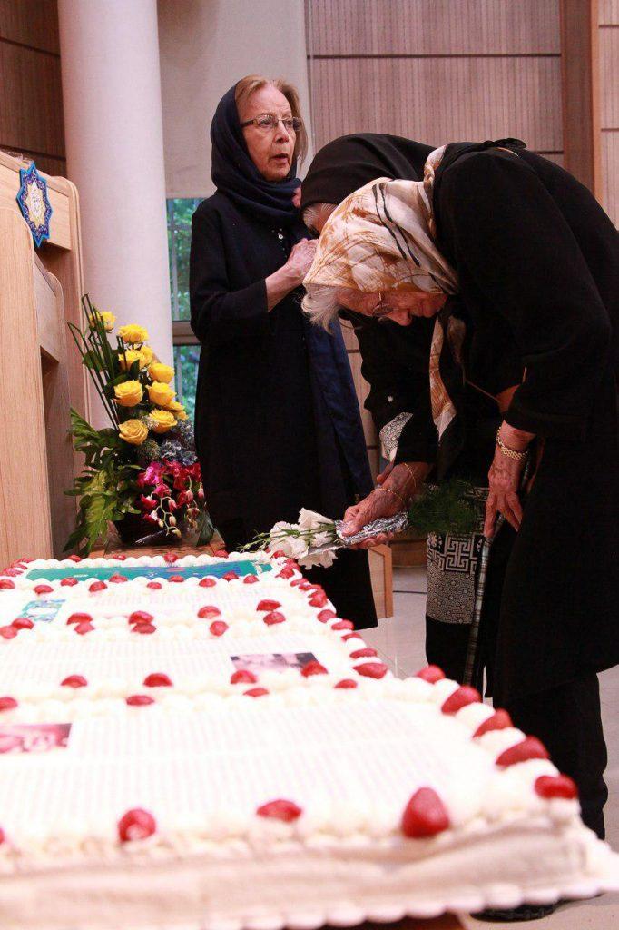بانو بدرالدین قریب هنگام بریدن کیک تولد نودیم سالروز تولد توران میرهادی