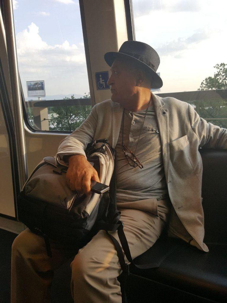 محمود آموزگار در قطار داخلی فرودگاه فرانکفورت که می رفتیم به اصطلاح گیت پرواز !به تورنتو را بیابیم.