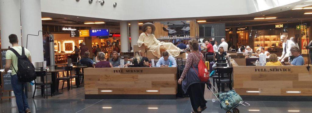 """رستوران """" گوته"""" در بخشی از فرودگاه فرانکفورت . شما نامگذاری این مکان را با نامهای عجق وجق !هموطنان ما که بروی رستورانهایشان در فرودگاه ها می گذارند مقایسه بفرمایید!!"""