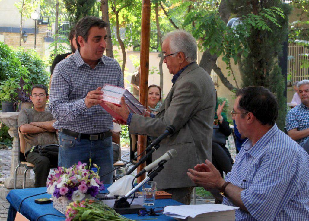 اهدای آخرین انتشارات بنیاد موقوفات دکتر محمود افشار به ابوالحسن تهامی