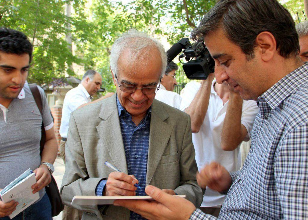 امضای کتاب توسط ابوالحسن تهامی نژاد
