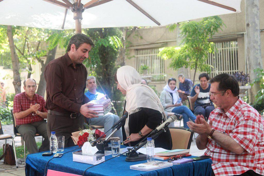 اهدای آخرین انتشارات بیاد موقوفات دکتر محمود افشار