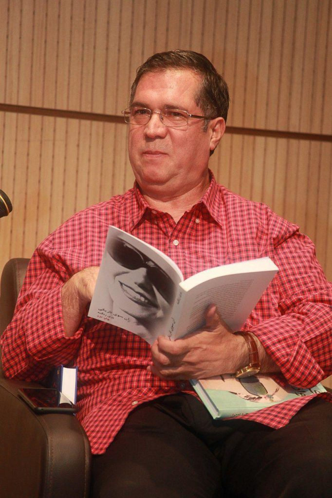 علی دهباشی بخشی از مقدمه کتاب «آن سوی تاریکی» را خواند