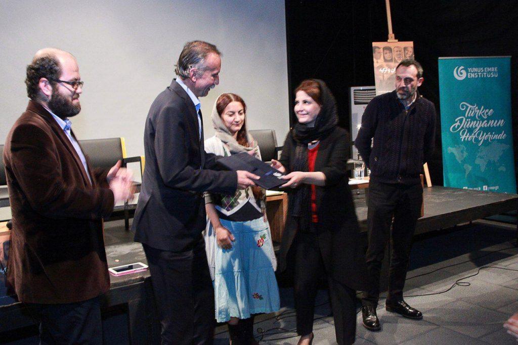 اهدای لوح های تقدیر از مؤسسه یونس امره ترکیه در تهران