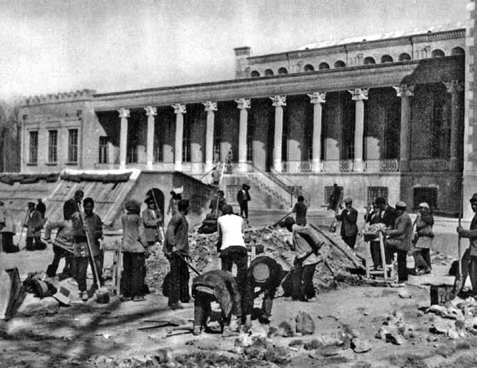 بانک ملی ایران در موقع ساختمان(زیرنویس ها به نقل از کتاب است)