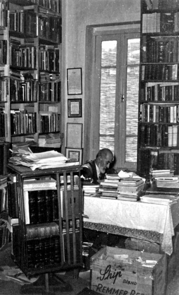 سعید نفیسی مشغول یادداش تبرداری در کتابخانه اش  ـ دهه 1330 شمسی
