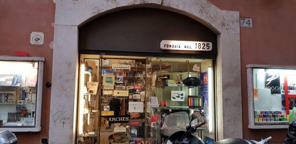 فروشگاه رنگ و بوم که از سال 1825 به تاریخ دقت کنید دارد کار می کند و بهمن محصص مشتری پنجاه ساله اش بود....