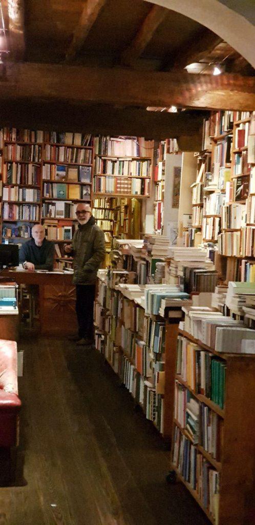 دکتر حاتمی و کتابفروش که برای خودش جامع العلوم بود.