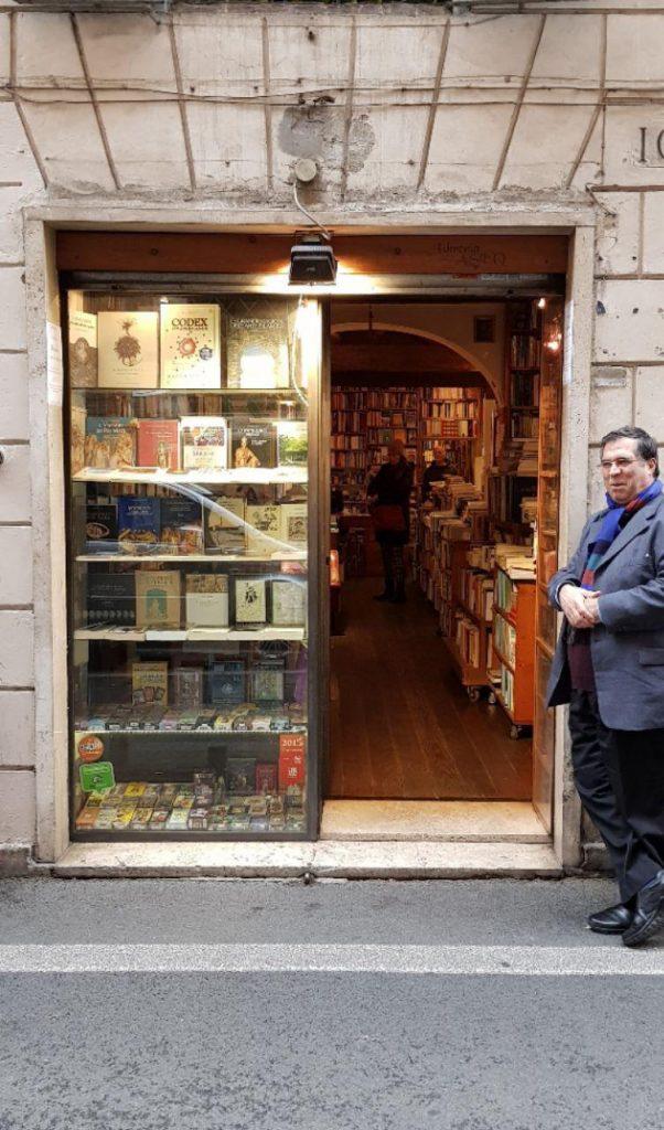 با دکتر حاتمی و شیرین ذاکری رفتیم به یک کتابفروشی بسیار قدیمی در کوچه وپس کوچه های رم قدیم :LIBREIA ASEQ که داخل کتابفروشی موزه ایی بود.
