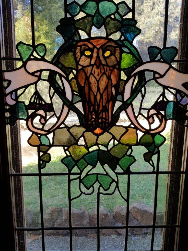 تمام پنجره ها و روی شیشه ها نقاشی شده با شکل های متفاوتی از جغد بود....