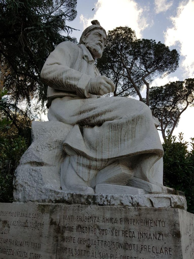 در سال 1958در این میدان در شهر رم نصب شده و استاد صدیقی در کارگاهی در رم به ساختن این مجسمه مدتی اقامت داشته است.