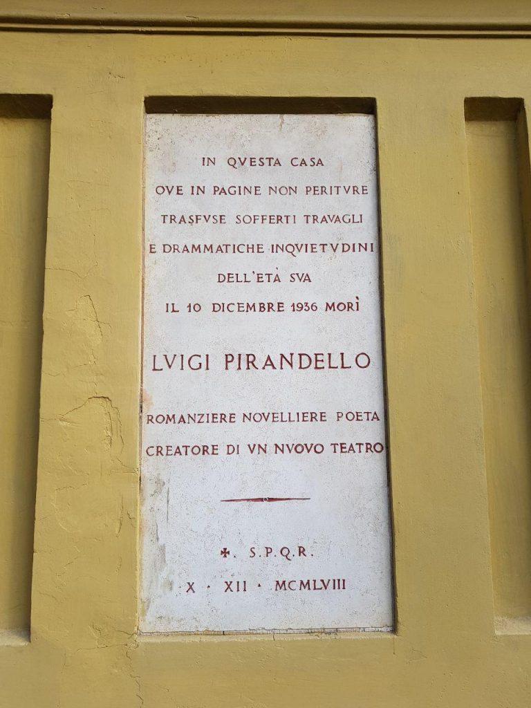 لوحه که بر دیوار خانه پیراندلو نصب شده است: در این خانه صفحاتی از انچه زندگی بر او وا می داشت رقم خورد که نمایشنامه هایی دراماتیک توسط او خلق شد، تا تاریخ مرگش در دهم دسامبر 1936.
