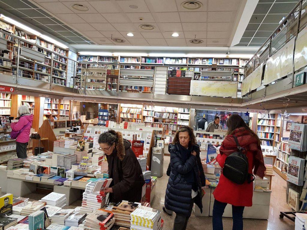 کتابفروشی دیگری که فقط انتشارات حوزه واتیکان را عرضه می کند.